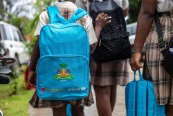 ユニセフのスクールバッグを背負う子ども。(2021年10月4日撮影)