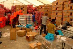 レカイ(Les Cayes)にあるユニセフの倉庫で、学校再開に向け準備をする様子。(2021年10月4日撮影)