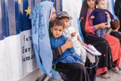 ヘラートの国内避難民キャンプのユニセフなどが支援するクリニックで、健康と栄養状態の検査を受けるため、順番待ちをしている親子。(2021年9月29日撮影)