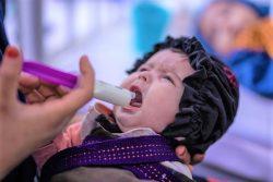 ユニセフが支援するヘラート地域病院で、母親に栄養治療食を食べさせてもらう生後4カ月のアイシャちゃん。(2021年9月28日撮影)