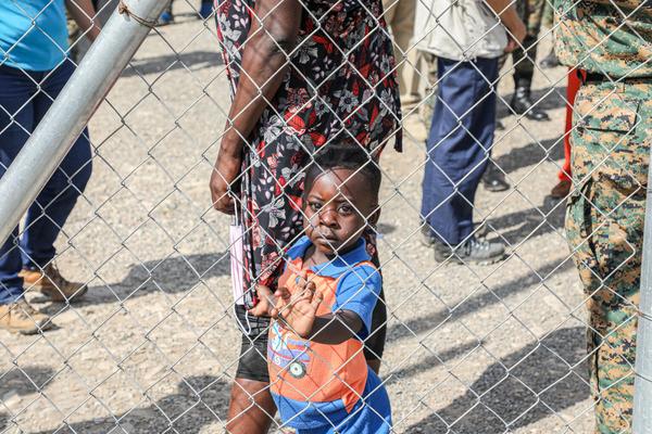 ダリエンの移民受け入れセンターにいる子ども。