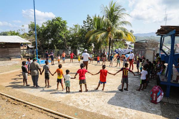 外で遊ぶ移民の子どもたち。(2021年3月撮影)