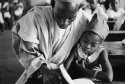 1963年、ナイジェリアの小学校で読み書きを学ぶ女の子。