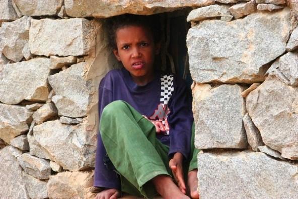 安全な場所を求めて身を潜める12歳の男の子。