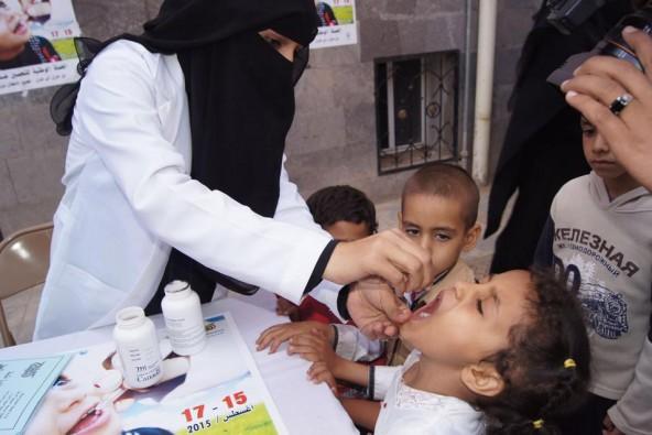 ワクチンの投与を受ける女の子。