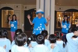 世界手洗いダンスの振り付けをしたダンサーの森山開次さんが子どもたちと手洗いダンス(イクスピアリ/2014)