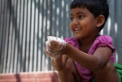 石けんで手を洗う6歳の女の子。