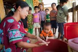 保健員から石けんでの手洗いの方法を教わる4歳の子ども。