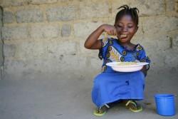 学校で昼ご飯を食べる女の子。(リベリア)