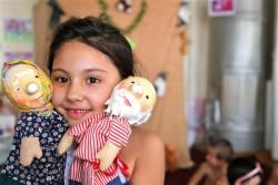 ユニセフが支援する「子どもにやさしい学校」で人形で遊ぶ女の子。(ウズベキスタン)