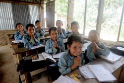 ユニセフが支援する仮設の学習センターで勉強する子どもたち。