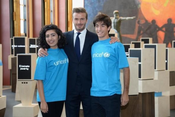 デジタル掲示板の公開イベントに参加した(左から)サミーさん(16歳)、ベッカム親善大使、ロドリゴさん(17歳)。