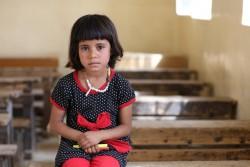 イラクのニーナワー県にある学校の教室に座る5歳の女の子。姉妹は学校に通うのを怖がり、家で勉強しているという。