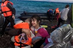 レスボス島にボートで辿り着いた4歳と2歳半の女の子。