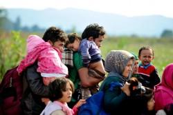 ギリシャとの国境を越え、移動を続ける子どもたちや親たち。