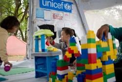 ユニセフの「子どもにやさしい空間」で遊ぶアフガニスタンから逃れて来た子どもたち。