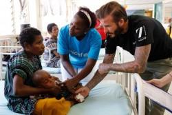 栄養不良の治療ケアを受ける子どもたちを訪問したベッカム親善大使。