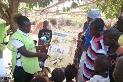エボラの感染拡大を阻止するため、エボラ危機が始まった直後から、手洗いや安全な埋葬方法などの啓発活動を実施してきた。