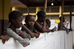 両親をエボラで失い、治療センターに身を置くエボラに感染した子どもたち。