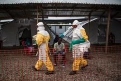 防護服を着用してエボラ治療センターで働く看護師たち。