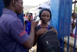 エボラの感染拡大のリスクを最小限に抑えるため、シエラレオネ全土の学校で体温の測定を実施した。