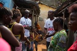 住民の元を訪れ、エボラの症状や予防法を伝える社会啓発を行うスタッフ。