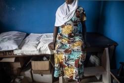 診療所で妊婦健診を受ける10代の少女。