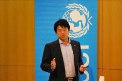 ボルネオやウガンダでの、本業を通じた子どもの課題の解決への取り組みを説明するサラヤ代島氏