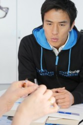 はしかワクチンの説明を聞く長谷部選手。