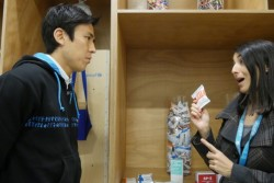 重度の栄養不良を治療ケアするための栄養治療食の説明を受ける長谷部選手。