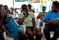 ユニセフの支援センターに身を置く若者と話をするイシュマエル・ベア。
