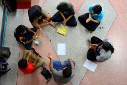 HIV/エイズについて学ぶ少年たち。