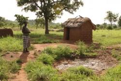 家の外に新しく作られたトイレに向かう女性。