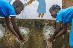 学校のトイレの外で手を洗う生徒たち。