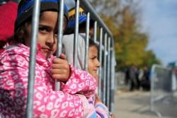 難民一時受け入れ所で、登録を待つ子どもたち。(セルビア)