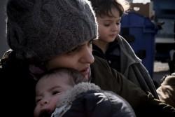 1歳の息子をあやす、シリア難民の母親。