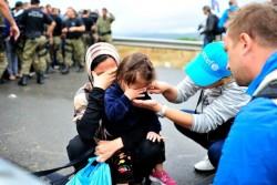難民の母親や子どもから話を聞くユニセフのスタッフ。(マケドニア旧ユーゴスラビア共和国)