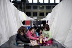ベルリンのテンペルホーフ飛行場にある難民のためのシェルターで、人形で遊ぶ女の子たち。(ドイツ)