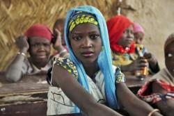 ニジェールの難民キャンプ内のユニセフが支援する教室で、授業に参加するナイジェリアから避難してきた少女。