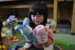 子どもにやさしい空間で遊ぶ女の子。
