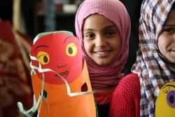 ユニセフの「子どもにやさしい空間」で、歌や工作のアクティビティに参加する子ども。(イエメン)