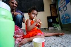 水と同様、食べ物を手に入れることも困難になっている。パンを食べる女の子。