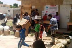 ユニセフの支援物資を受け取った子どもたち。