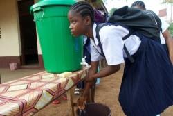 エボラ予防のため、教室に入る前に手を洗う女の子(2015年3月撮影)。
