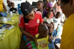 保健所で予防接種を受ける子どもたち。