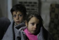 ホムスの非公式居住区で暮らす7歳の女の子と11歳の兄。