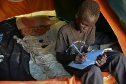 南スーダンの首都ジュバにある文民保護地区で勉強をする男の子。