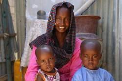 12歳で結婚したアミナさん(15歳)。ムスタファくん(3歳)とハルンくん(1歳)と一緒に。