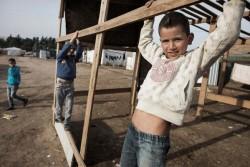 レバノンのベッカー渓谷の非公式居住区に身を寄せるシリア難民の子どもたち。