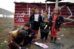 シンジャル山に設置されたテントの近くで出会った、暴力から逃れてきたヤズディの子どもたち。